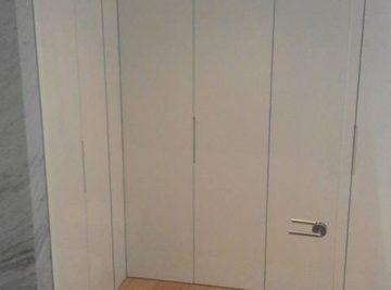 divisória interior em vidro incolor com porta sistema pivotante