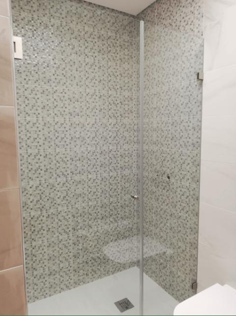 resguardo frontal de banheira duche vidro fixo e porta abrir 3