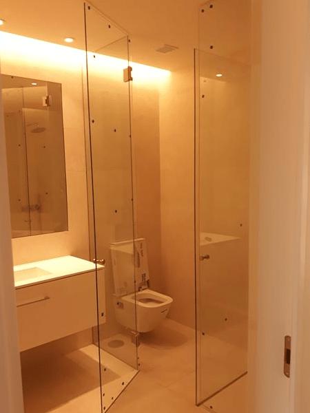 resguardo frontal wc vidro temperado incolor portas e fixos dobradiças entre vidros