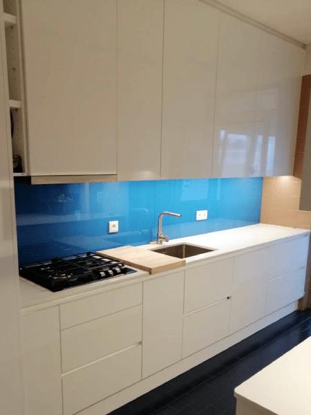 parede entre móveis cozinha revestida vidro extraclaro lacado azul1